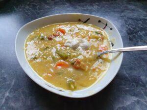 Anti-Aging mit der richtigen Ernährung. Hier: rote Linsen - Gemüse Suppe. Mit Suppengrün, Lieblings-Gemüse und Pfifferlingen. In einer kochenden Gemüsebrühe rote Linse, Suppengrün, Pfifferlinge und Brokkoli nach Bedarf geben. 10 min leicht kochen lassen.