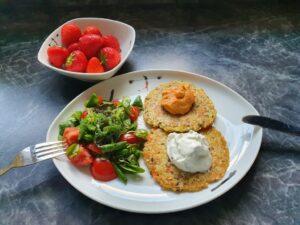 Anti-Aging mit der richtigen Ernährung! Hier: Gemüse-Bratlinge mit Frühlingsquark und Humus, garniert mit buntem Salat.