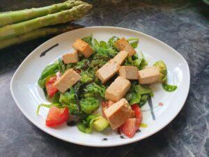 Anti-Aging mit der richtigen Ernährung. Hier: bunter Salat mit Algen und gebratenem Tofu. Iss Dich fit und gesund!