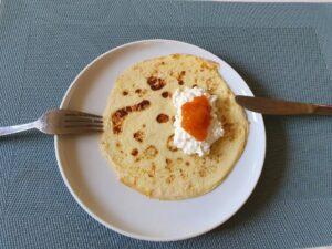 Anti-Aging mit der richtigen Ernährung! Hier: Kefir-Dinkel Eierkuchen mit körnigem Frischkäse und Himbeermousse.